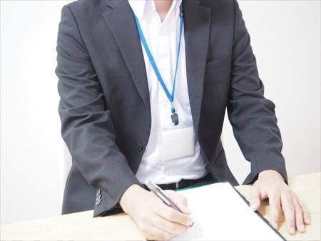 書類を作成している税理士